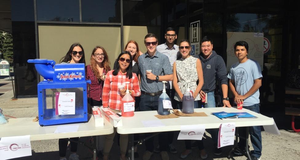 Des étudiants faisant partie de l'association étudiante coop donnent des cornets glacés