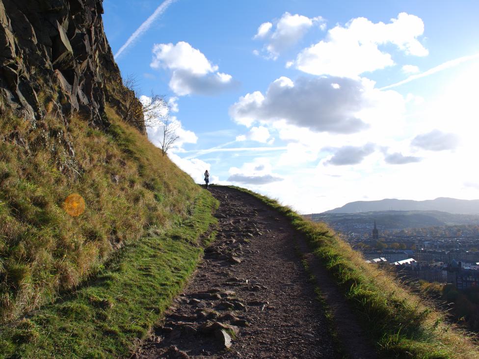 Un étroit chemin menant au sommet d'une montagne