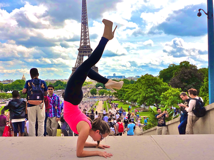 Étudiante coop en train de faire une position de yoga en face de la tour Eiffel