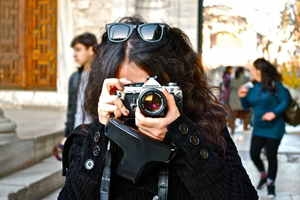 Une étudiante coop prend une photo avec une caméra haute définition