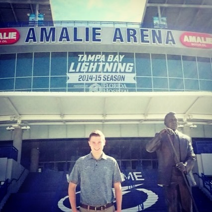 Étudiant en face du stade des Lightning de Tampa Bay
